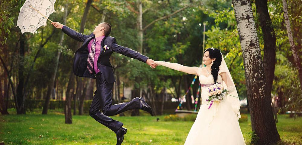 Originele trouwfoto met kanten paraplu